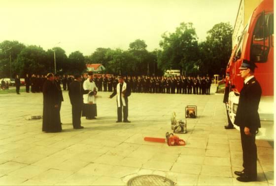 16 wrzesień 2001r. Na placu przed Szkołą Podstawową im. Jana Pawła II w Węgrowie odbyła się uroczystość przekazania Jednostce Ratowniczo Gaśniczej dwóch samochodów gaśniczych oraz innego sprzętu ratowniczego.